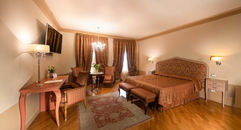 Hotel_San_Luca_Palace_Bedroom.jpg