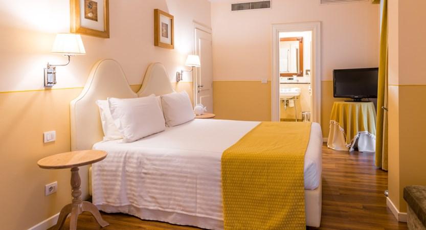 Grand_Hotel_Bristol_Standard_Room.jpg