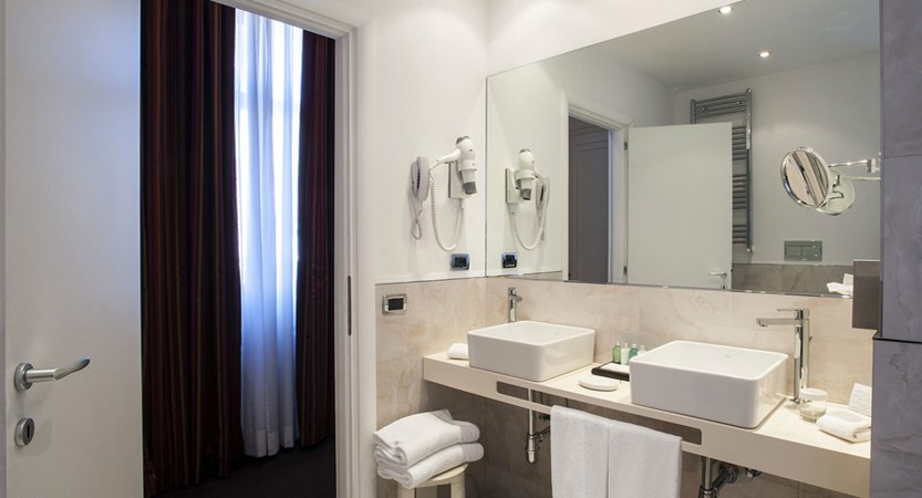 Bathroom-Superior-Room-Bernini-Bristol-Rome.jpg