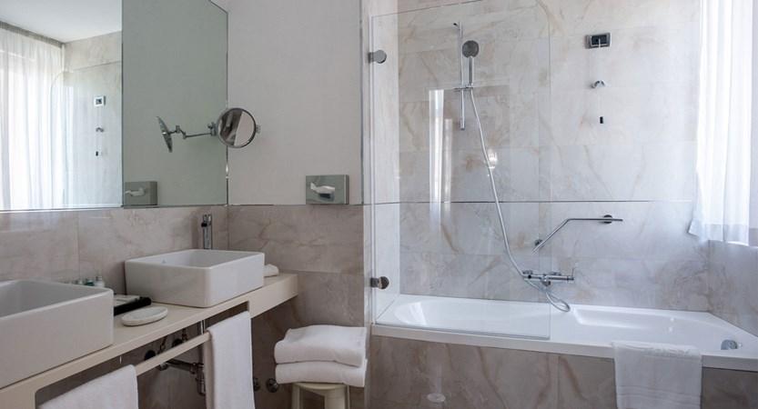 Luxury-bathroom-Deluxe-Room-Bernini-Bristol-Rome.jpg