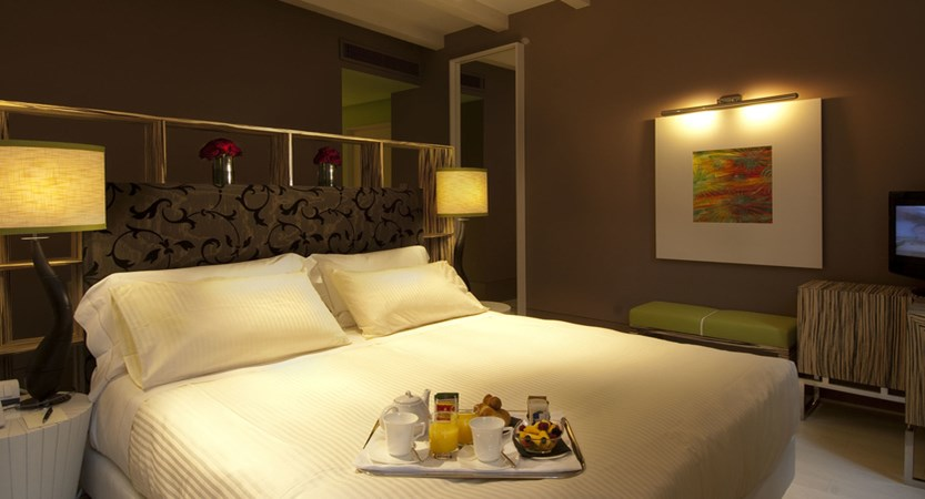 Luxury-rooms-Venice-Deluxe-Room-Centurion-Palace7.jpg