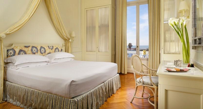 Grand_Hotel_Principe_di_Piemonte_superior_seaview_balcony.jpg