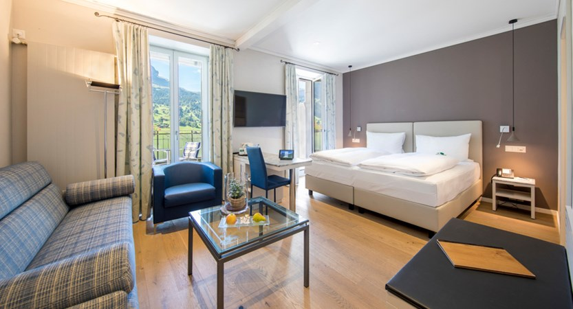 Classic Doppelzimmer Double Room Sofa Eiger 01_Belvedere Swiss Quality Hotel Grindelwald.jpg