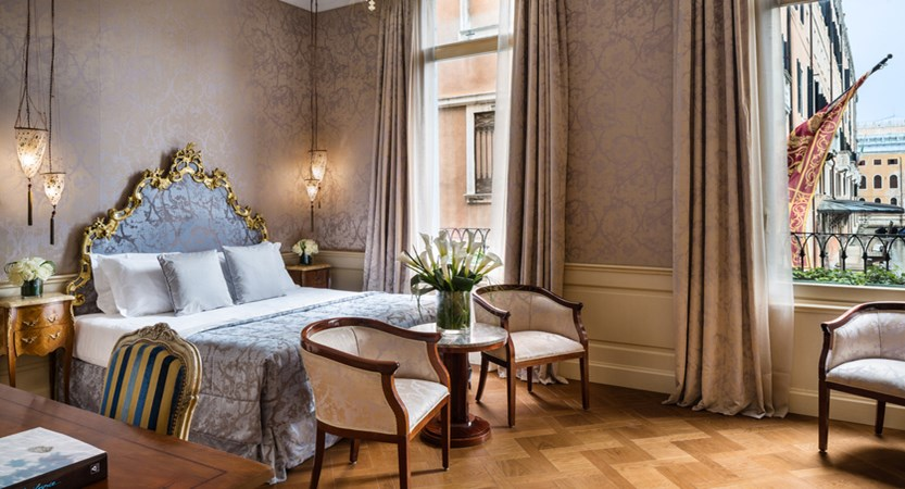 1_Baglioni_Hotel_Luna_Venezia_Deluxe_Room_Bedroom.jpg (1)