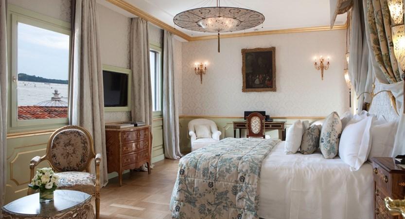10_Baglioni_Hotel_Luna_San_Giorgio_Terrace_Suite_Master_Bedroom.jpg