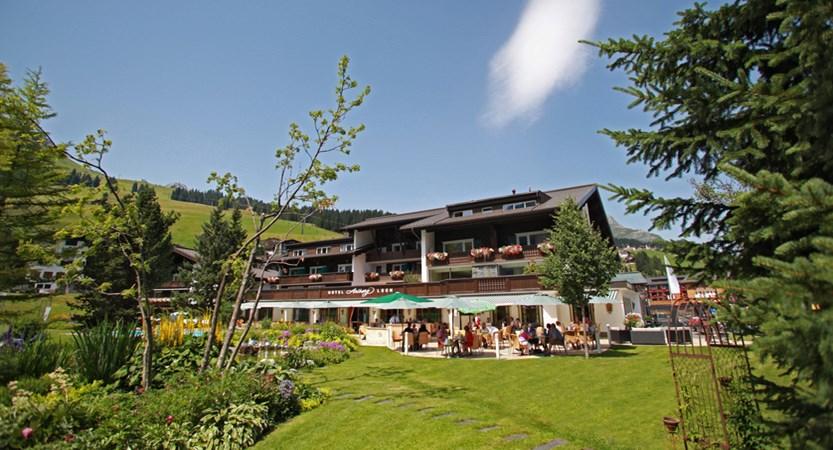Hotel_Arlberg_Garten_Terrasse_vorne.jpg