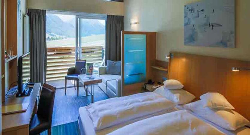 italy_livigno_hotel-lac-salin_deluxe-bedroom.jpg