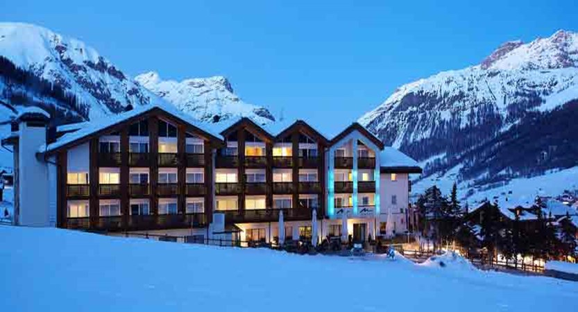 italy_livigno_hotel-lac-salin_exterior-at-night.jpg