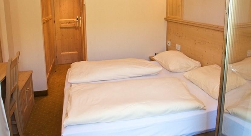 italy_livigno_hotel-alexander_bedroom2.jpg