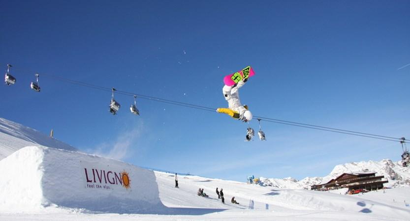italy_livigno_snowboarder.jpg