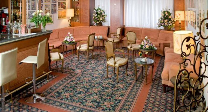 Hotel Milan Au Lac, Stresa, Lake Maggiore, Italy - Bar.jpg