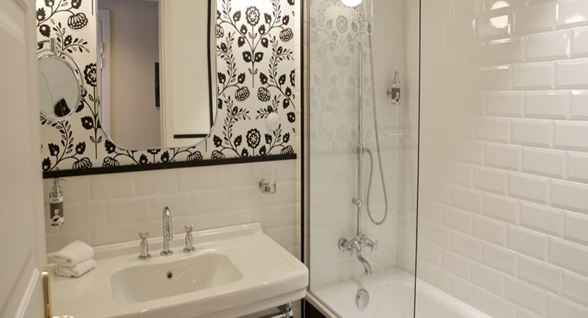 italy_pila-aosta_hotel-duca-d'aosta_bathroom.jpg