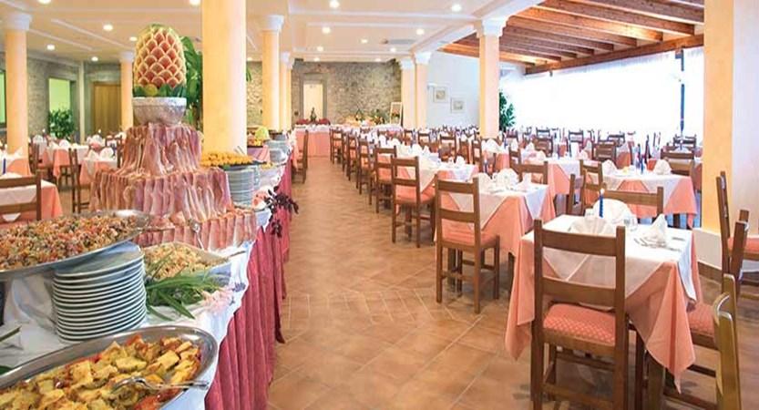 Club Hotel Villa Paradiso, Lake Trasimeno, Italy - dining room with buffet.jpg