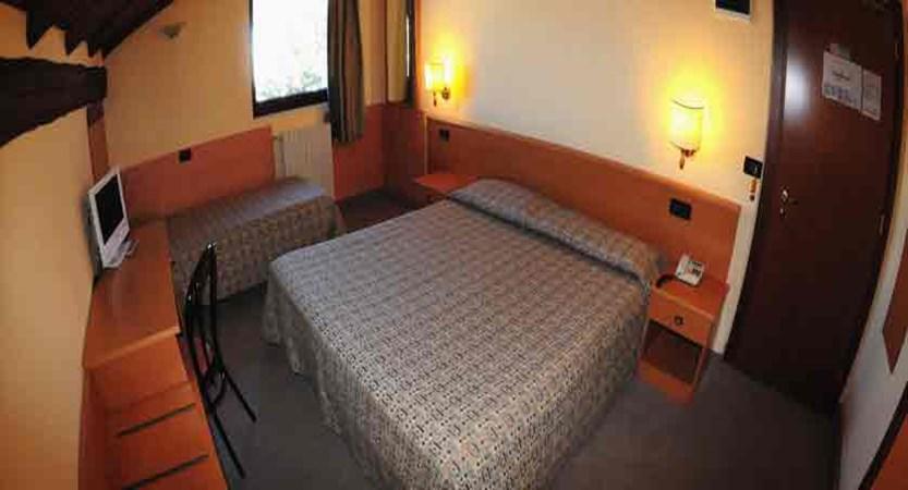 italy_pila-aosta_hotel-lion-noir_bedroom.jpg